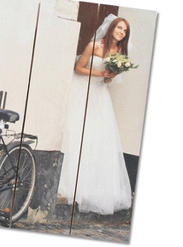 Brautkleid auf Holz